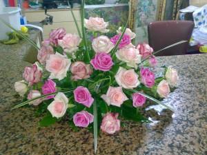 Composizione mista di rose rosa