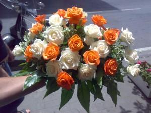 Composizione di rose arancio chiaro e avorio