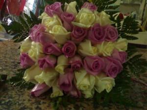 Composizione di rose aqua e avorio
