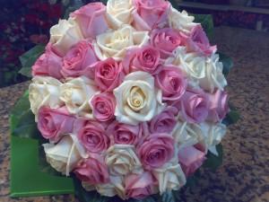 Composizione sferica di rose aqua e avorio
