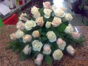 Composizione di rose color avorio e rosa