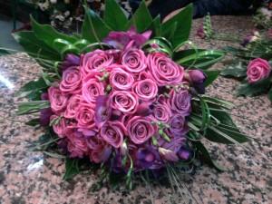 Composizione di rose e fresie lilla